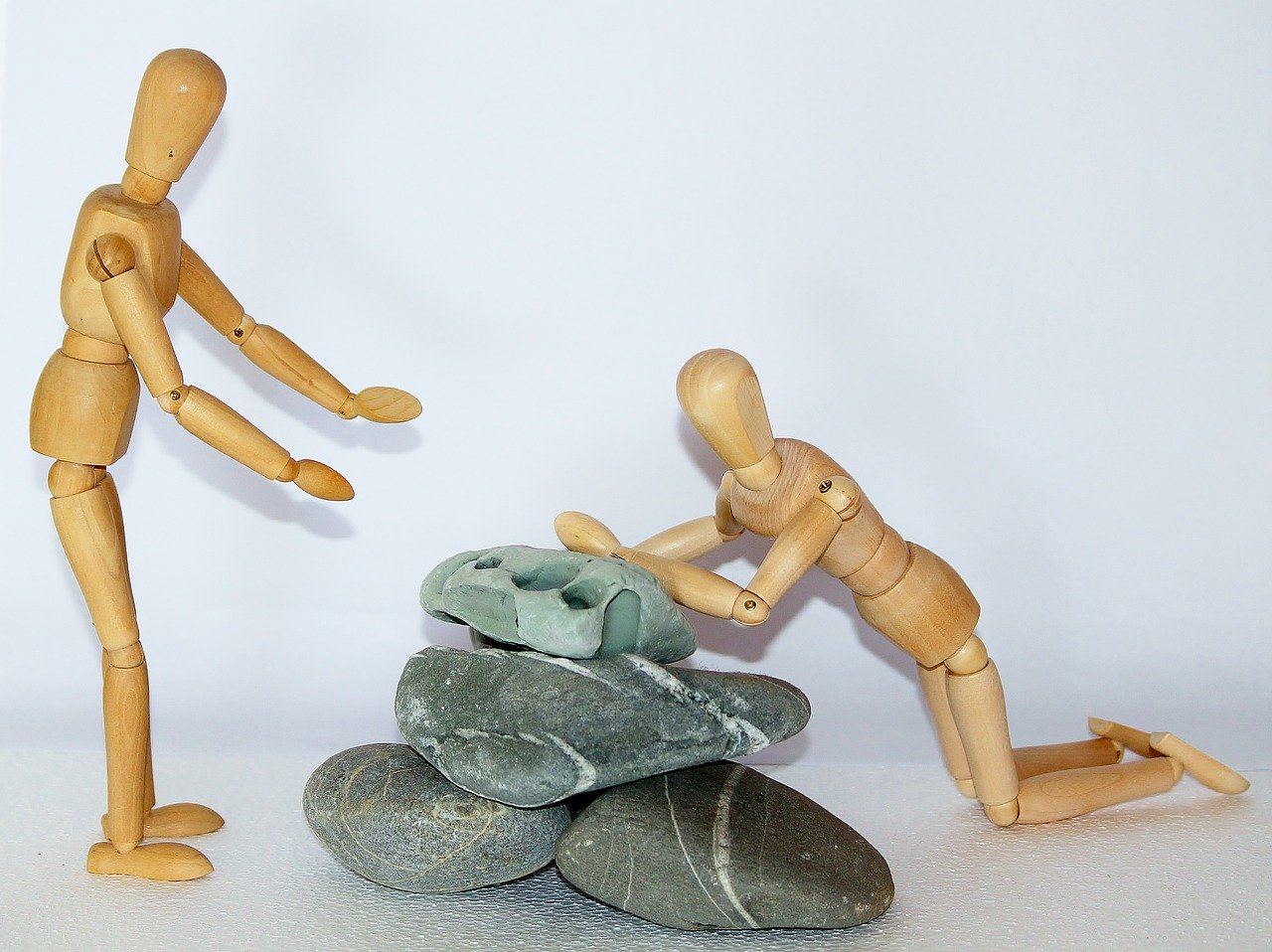 wooden-figures-980774_1280_queda_ajuda