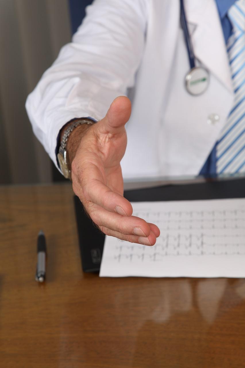 doctor-1228629_1280_médico_aperto_de_mão