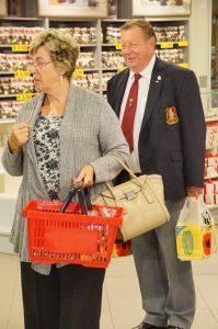 Marketing para Idosos - Casal em Supermercado